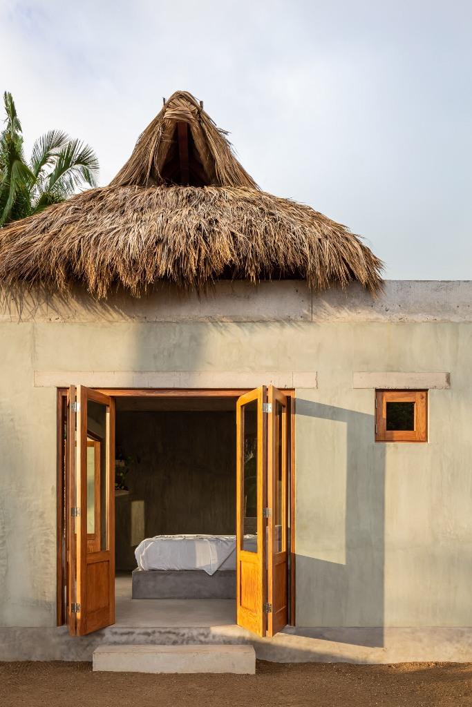 Le toit de chaume, connu sous le nom de palapa, est formé de feuilles de palmier drief
