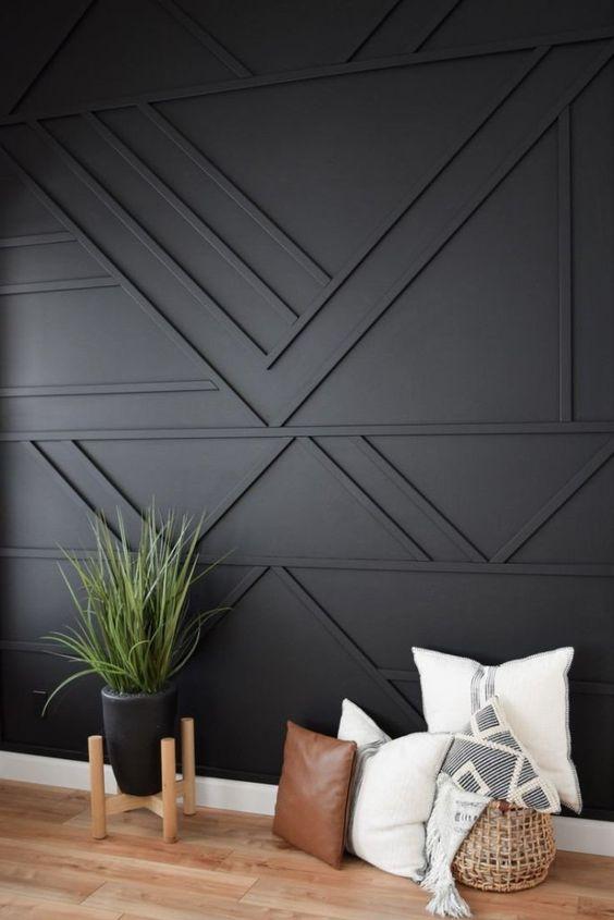 un mur lambrissé géométrique noir est une solution cool pour un espace contemporain bohème, moderne et élégant