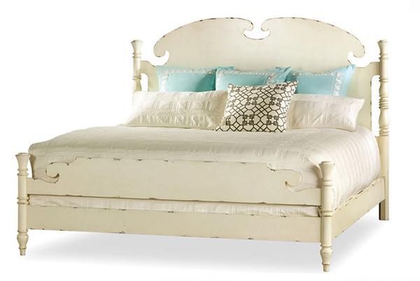 Très grand lit à panneaux en blanc antique ébréché