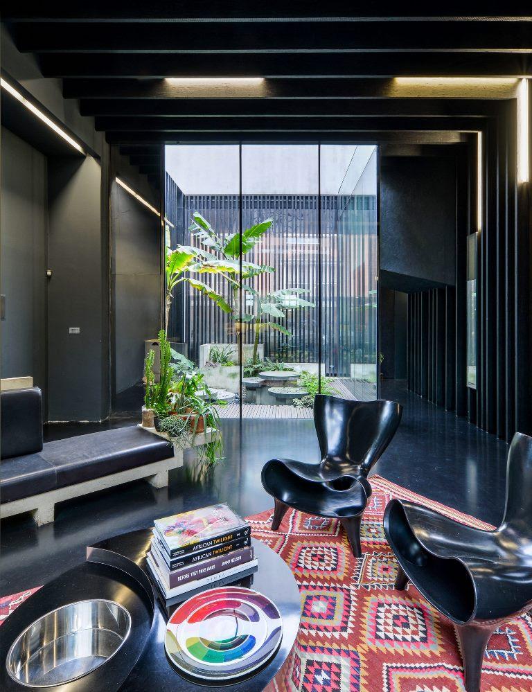 Bien que les intérieurs soient noirs, ils ne semblent pas maussades car il y a des puits de lumière et des murs vitrés