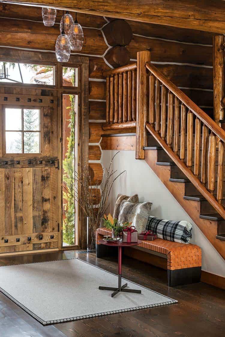 entrée de la cabane en rondins décorée de noël