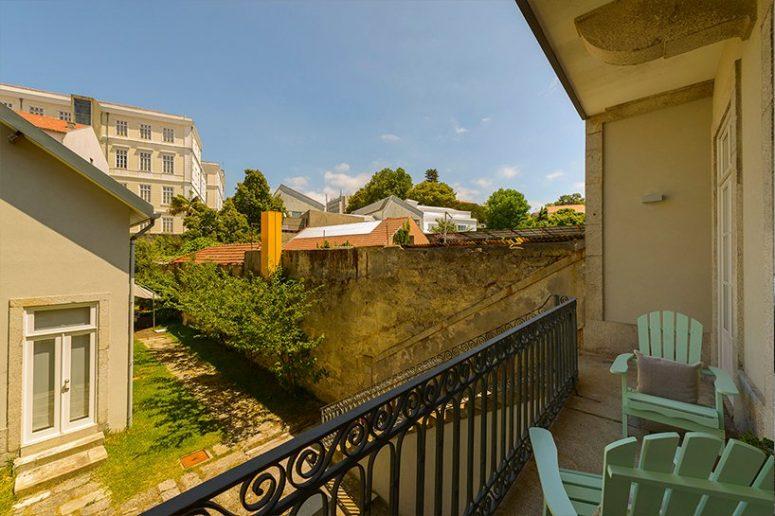 Il y a un petit balcon qui mène à une cour intérieure confortable et verte et offre une vue