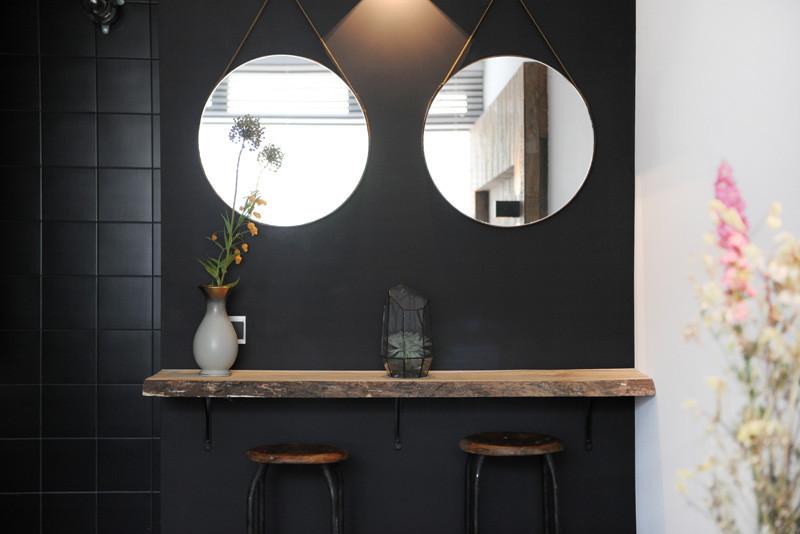 salle de bain intérieur noir en bois