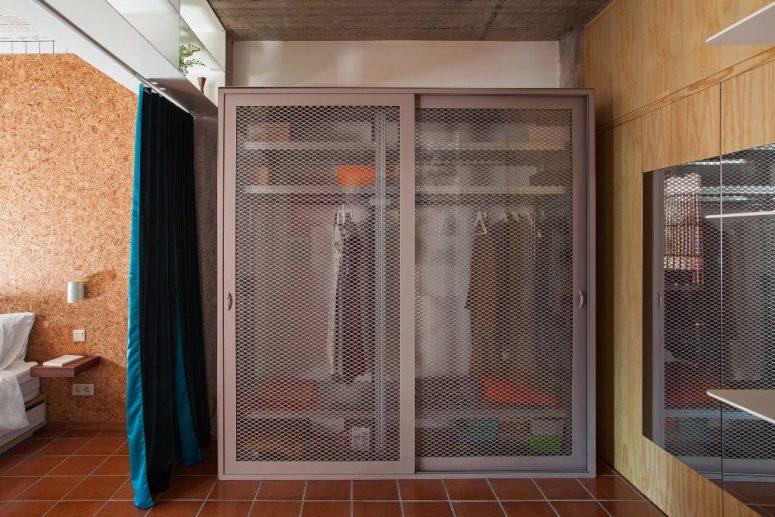 L'armoire est industrielle, avec des portes grillagées légèrement transparentes
