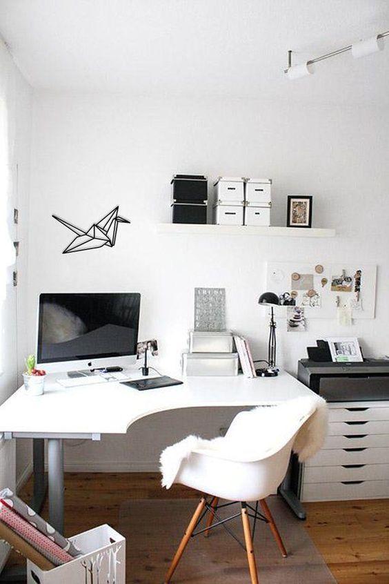 un bureau d'angle incurvé dans ce bureau à domicile donne plus d'espace sans prendre beaucoup de place au sol en même temps
