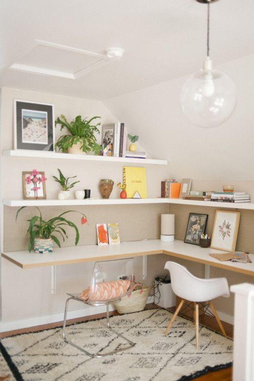 un bureau à domicile contemporain partagé et lumineux avec un bureau d'angle et des étagères assorties, des accessoires lumineux et des chaises dépareillées