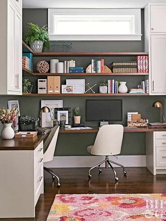 un bureau à domicile moderne du milieu du siècle avec un mur noir, un bureau d'angle et des étagères ouvertes avec des unités de rangement fermées et des chaises blanches chics