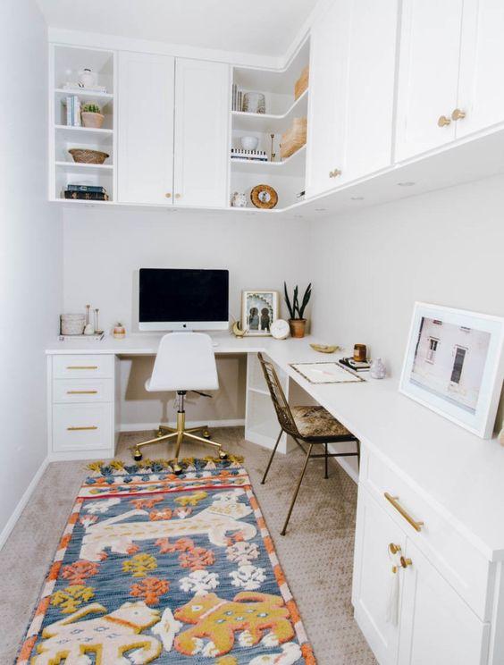 un bureau à domicile moderne du milieu du siècle en blanc, avec un bureau d'angle et des armoires, des armoires sur le bureau et un tapis lumineux et amusant