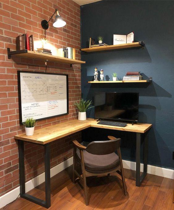 un coin bureau industriel moderne avec un bureau d'angle en bois et des étagères, une chaise confortable et des lampes