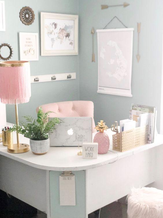 un bureau à domicile fille pastel avec un bureau d'angle incurvé, des accessoires roses et une chaise rose et des touches dorées pour plus de chic
