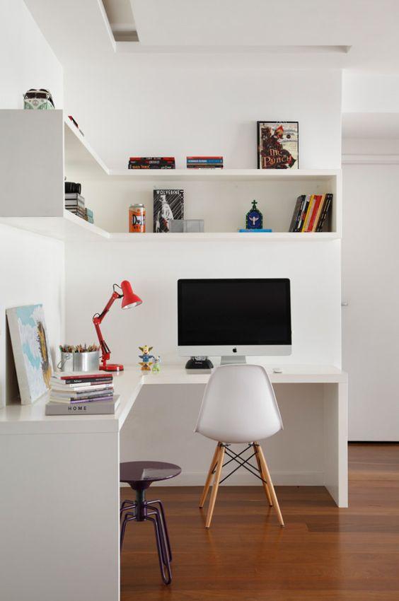 un bureau à domicile minimaliste avec un bureau d'angle et une étagère d'angle, des accessoires lumineux et une lampe plus un tabouret en métal