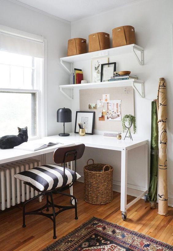un bureau à la maison moderne et élégant du milieu du siècle avec un bureau d'angle blanc, une chaise industrielle noire et des étagères ouvertes est chic