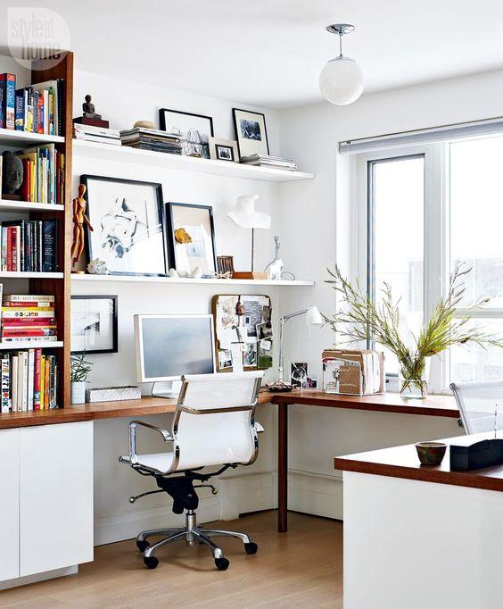 un coin bureau à la maison moderne et élégant en blanc, avec un bureau d'angle et une bibliothèque d'un côté et un mur de galerie sur des étagères