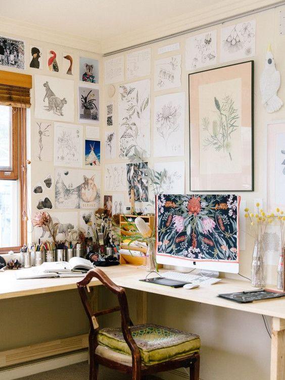 un bureau à domicile vintage avec un bureau d'angle, une chaise vintage, un grand mur de galerie recouvrant les murs et une fenêtre