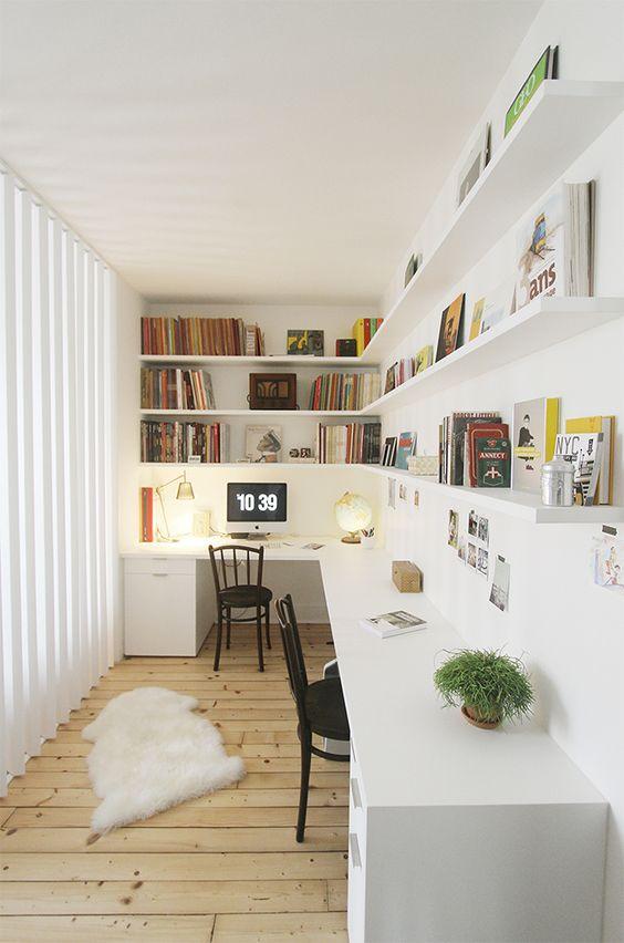 un bureau à la maison scandinave éthéré avec un grand bureau d'angle, de longues étagères d'angle ouvertes, de la fausse fourrure et un mur vitré est wow