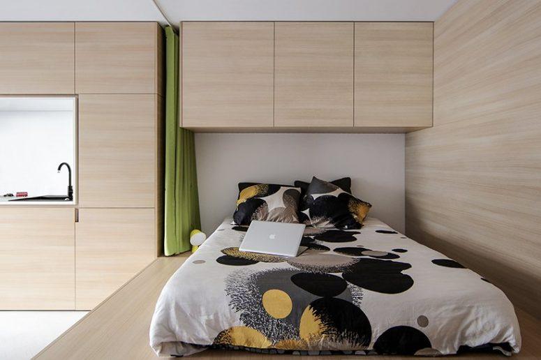 La cuisine et la zone de couchage sont côte à côte et sont faites avec les meubles du même look