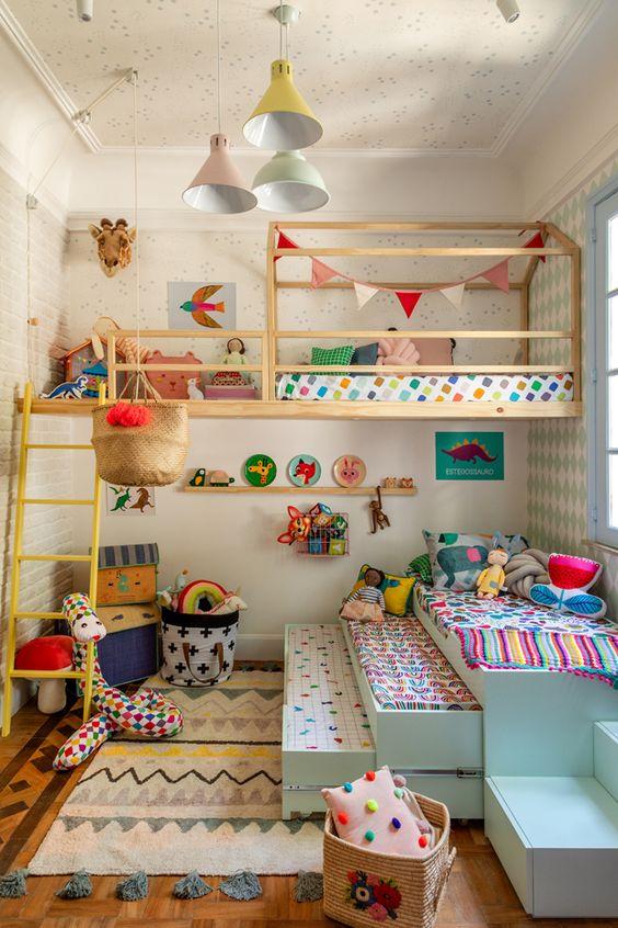 une chambre d'enfant colorée avec une literie lumineuse, des tapis, des oreillers et des couvertures et des suspensions pastel