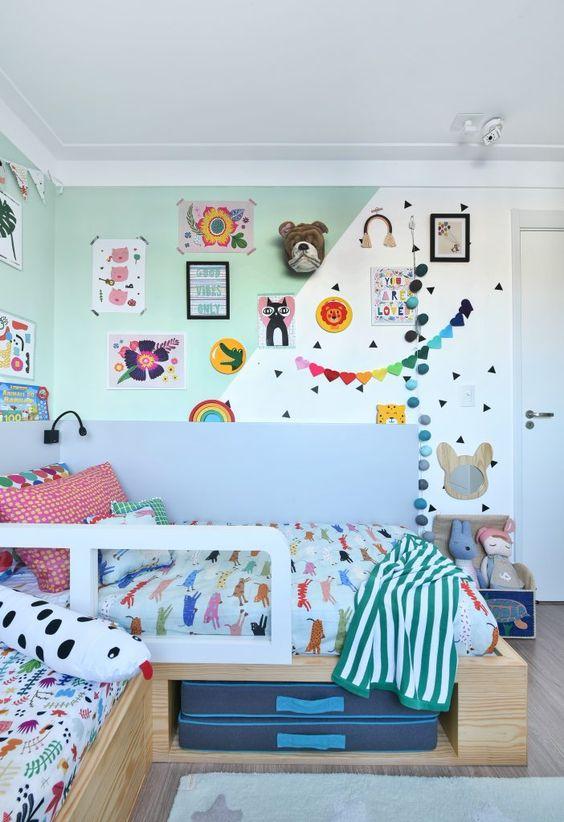 une chambre d'enfant colorée et amusante avec un mur de blocs de couleur, une décoration et des guirlandes lumineuses, une literie et des draps colorés et des jouets audacieux