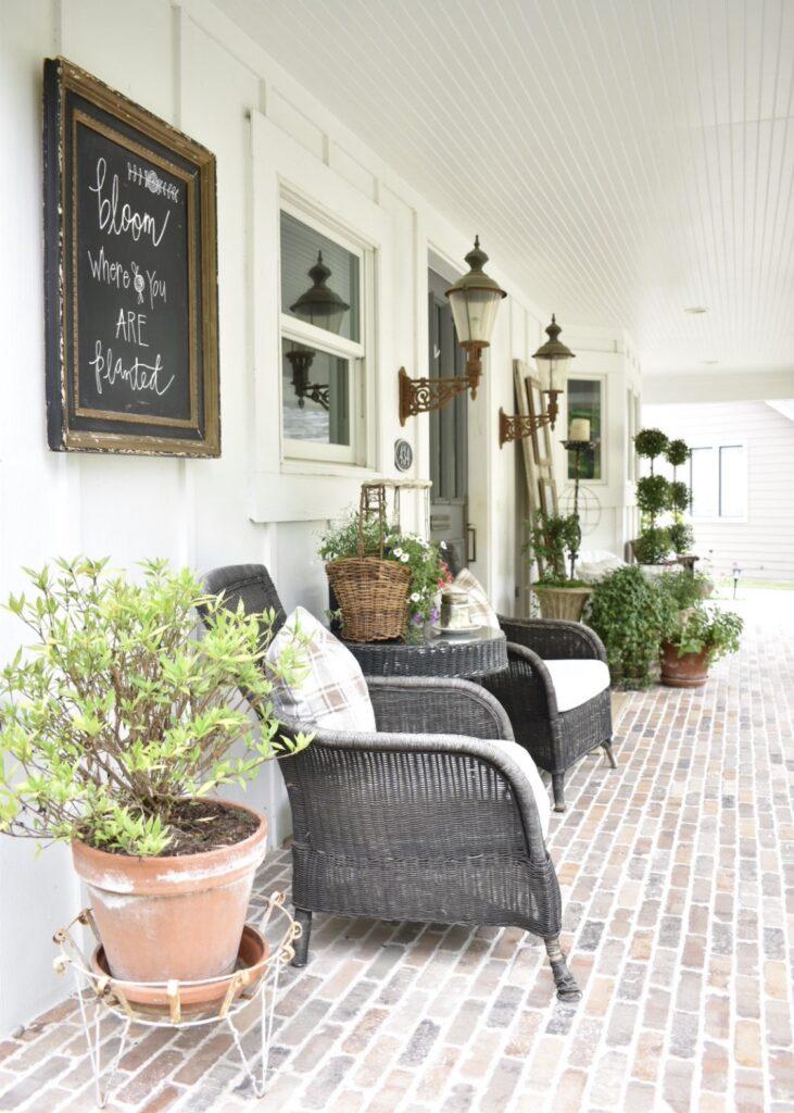 Coin salon avec chaises en osier classiques
