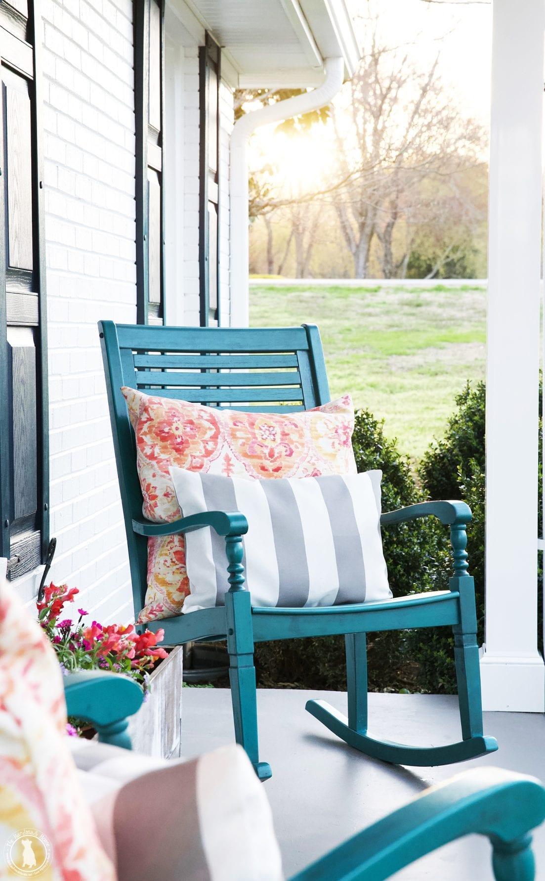 Chaises à bascule de porche rural lumineux