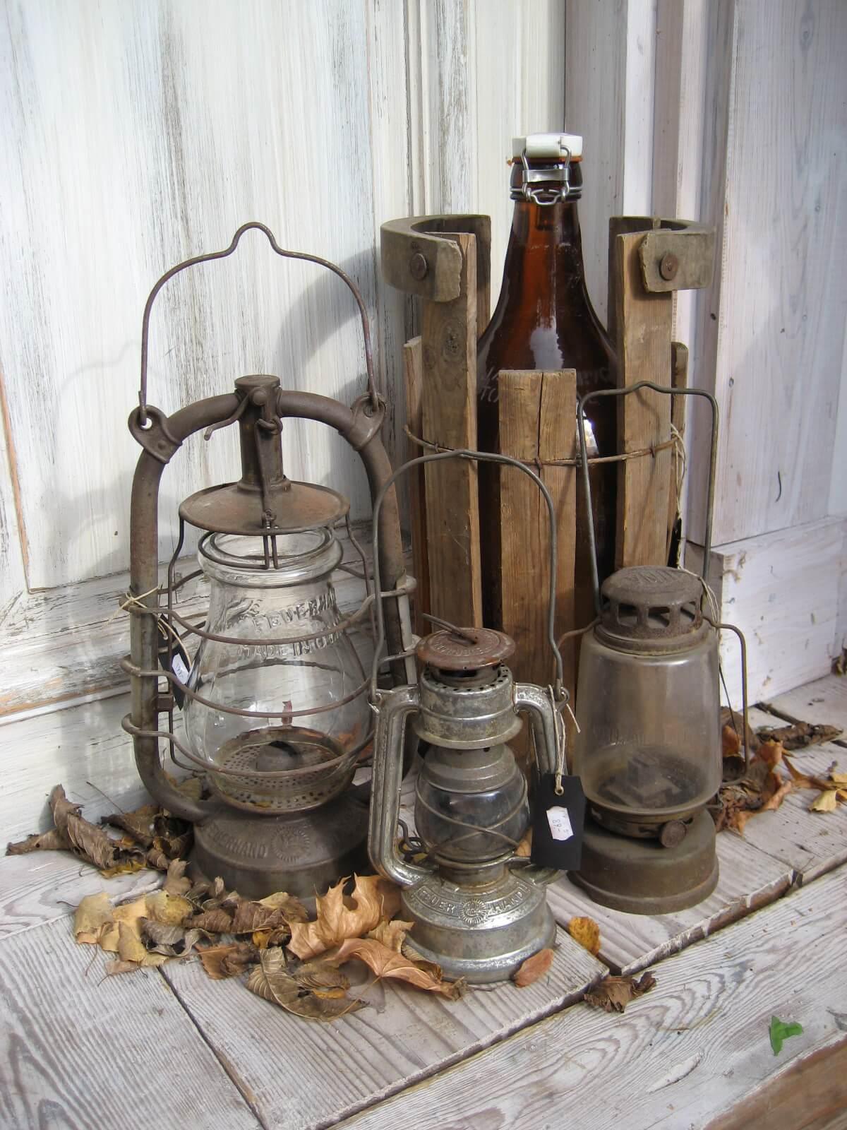 Un groupe de lanternes rouillées