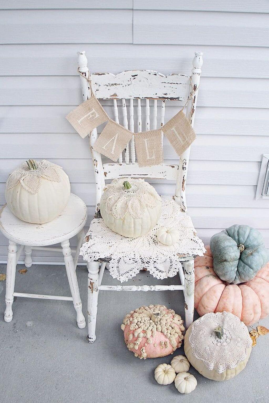 Belle vieille chaise avec des citrouilles roses romantiques