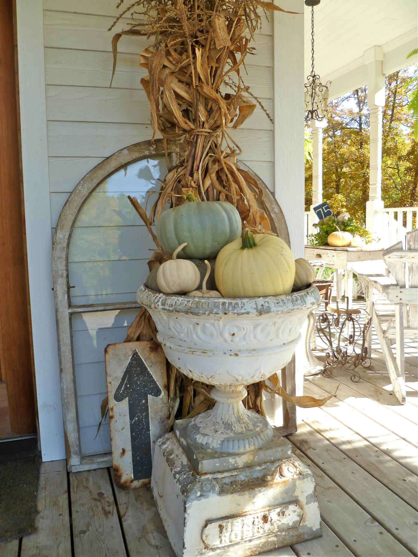Superbes décorations d'urne d'automne et d'enseignes trouvées
