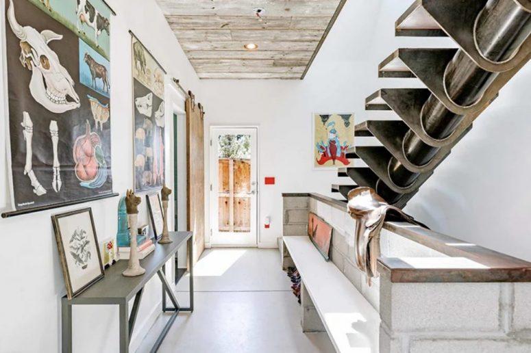 Le banc de l'entrée est en béton et vous pouvez voir à quel point l'escalier est unique