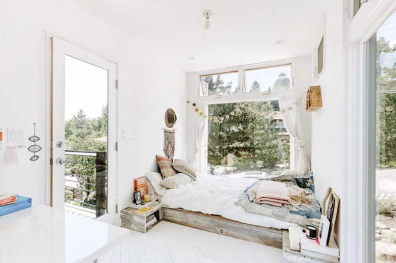 Cette chambre offre également une vue fraîche et une entrée sur la terrasse, l'espace est très bohème