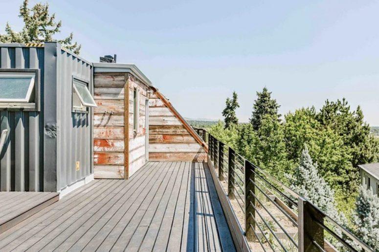La terrasse à l'étage supérieur a l'air cool et offre une vue