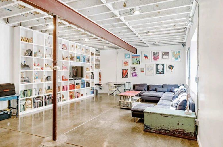 Ceci est un salon de lecture et de télévision avec beaucoup d'art et de meubles chics
