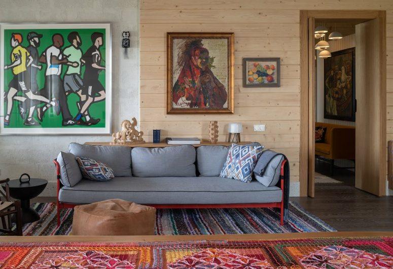Le salon présente des textiles traditionnels lumineux et des meubles neutres ainsi que des œuvres d'art audacieuses