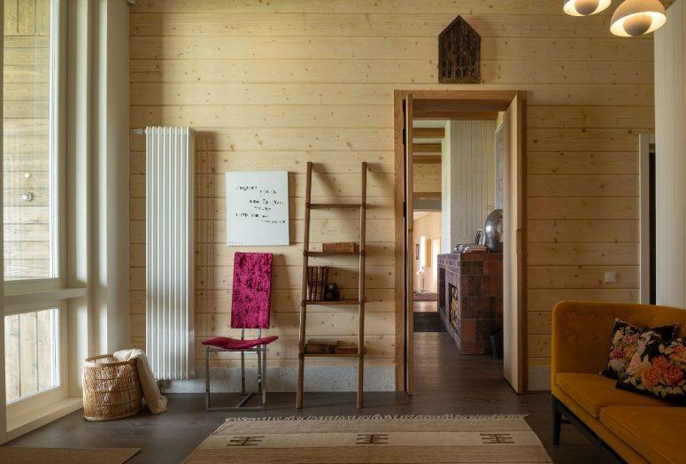 Une grande partie du bois de couleur claire a été utilisée dans la décoration, et les meubles modernes sont associés à des articles en bois et tissés
