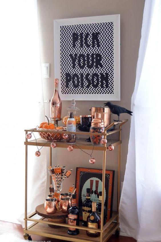 un chariot de bar élégant d'Halloween avec une guirlande de citrouilles, un corbeau, des ustensiles en cuivre, des enseignes et des œuvres d'art