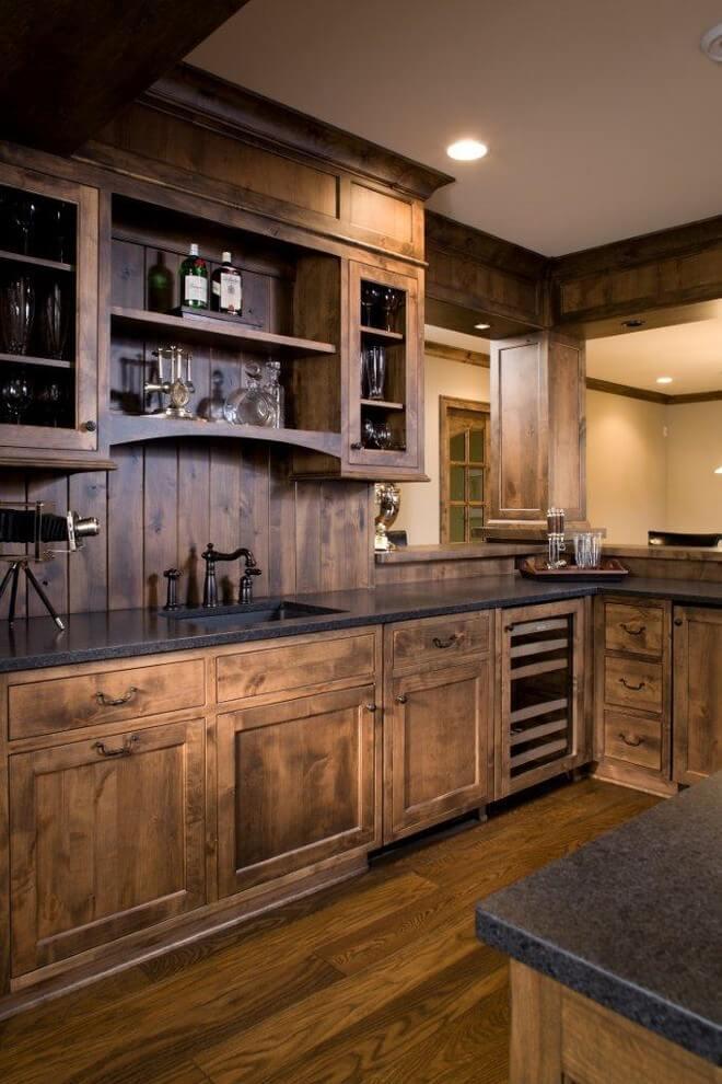 Cabine dans la cuisine lambrissée