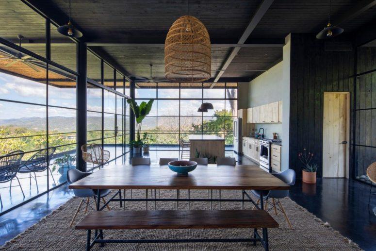 La cuisine et l'espace salle à manger sont au rez-de-chaussée et peuvent être ouverts sur une grande terrasse, sinon, ils reçoivent encore beaucoup de lumière naturelle à travers les murs de verre