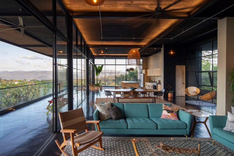 L'espace social est également ici, fait avec d'élégants meubles modernes du milieu du siècle et des chaises tissées