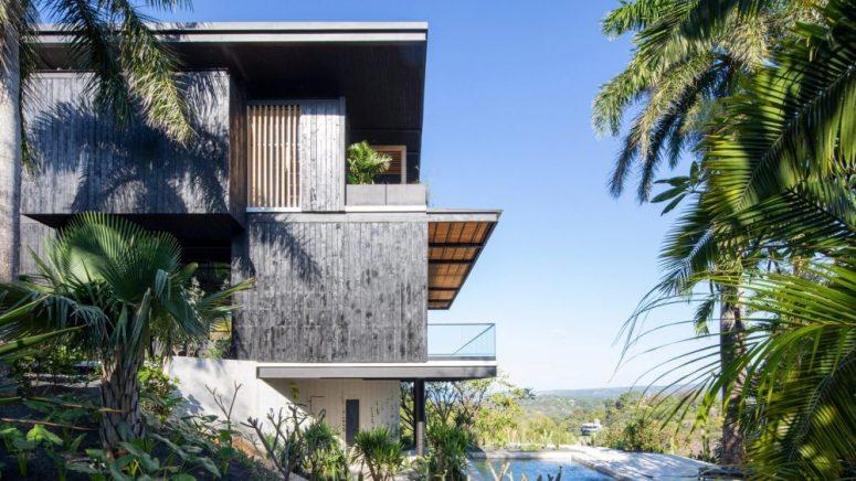 Les deux étages sont décalés et bénéficient d'une belle connexion avec l'extérieur et les vues magnifiques