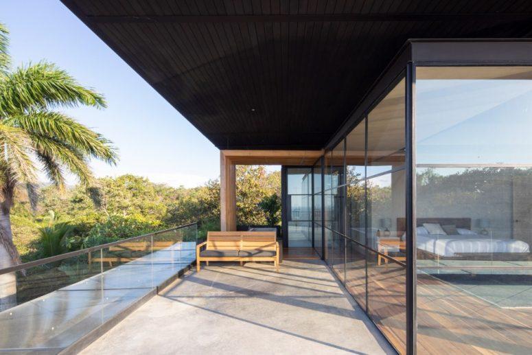 La section à l'étage de la maison contient les chambres privées qui sont encastrées dans du verre et offrent de belles vues