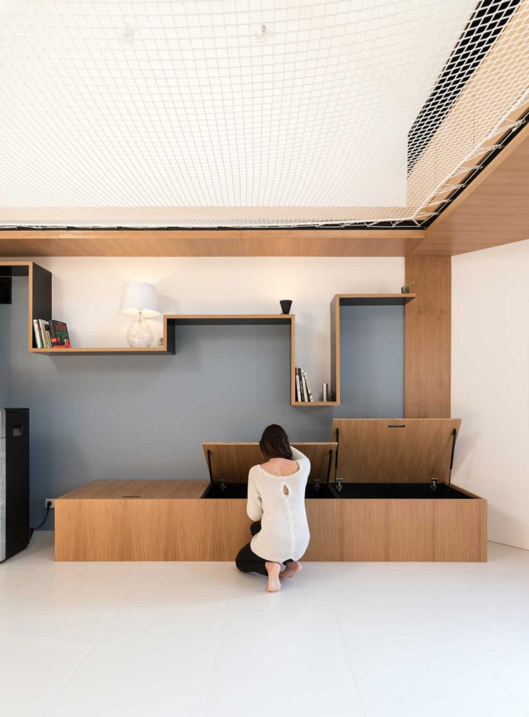 Ce banc ou lit de repos offre beaucoup de rangement à l'intérieur, une étagère créative au-dessus donne également de l'espace pour le stockage