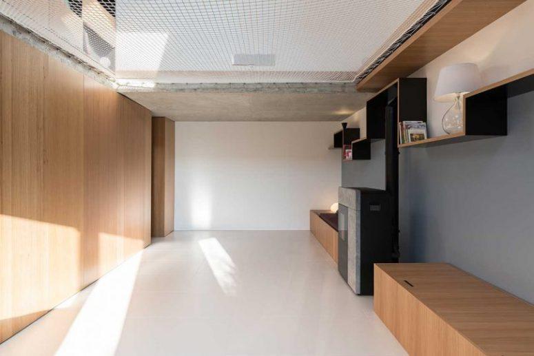 Cet espace est plutôt minime, avec un autre lit de repos avec rangement et un foyer plus un filet au-dessus