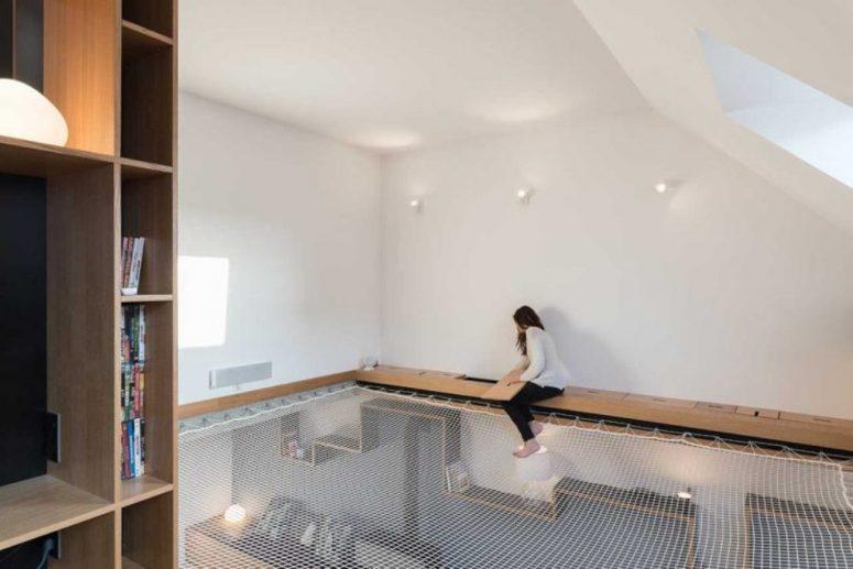 Voici à quoi ressemble le niveau supérieur - un filet avec des cadres et une continuation du cube avec des espaces de stockage