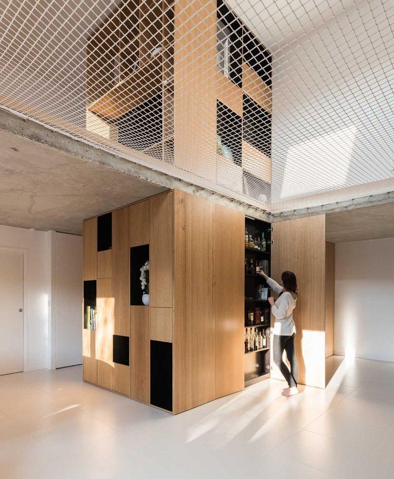 Il y a une salle de bain à l'intérieur du cube et vous pouvez voir un bar à la maison intégré ici
