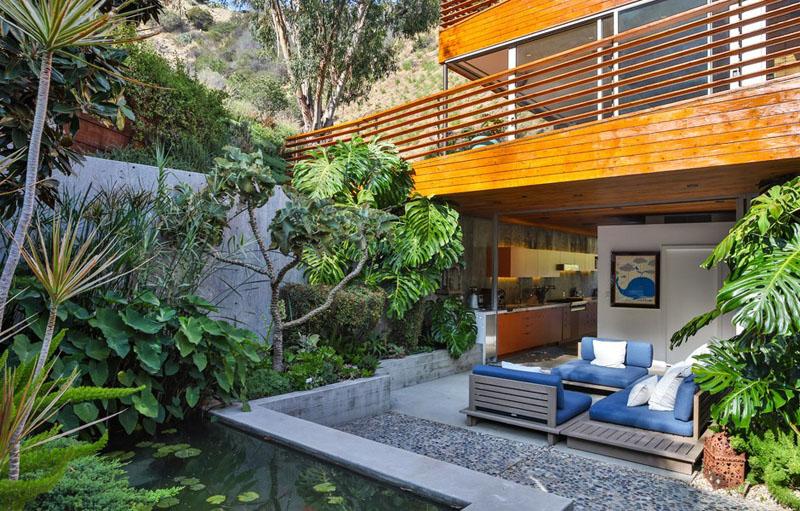 patio à la maison revêtu de bois