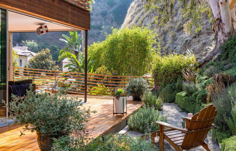 espaces extérieurs à la maison revêtus de bois