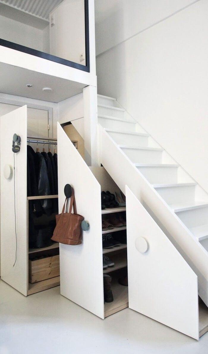 Placard à vêtements secret sous un escalier