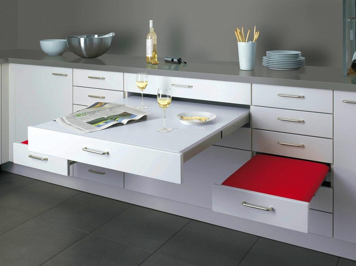 Armoires de cuisine avec table et bancs intégrés