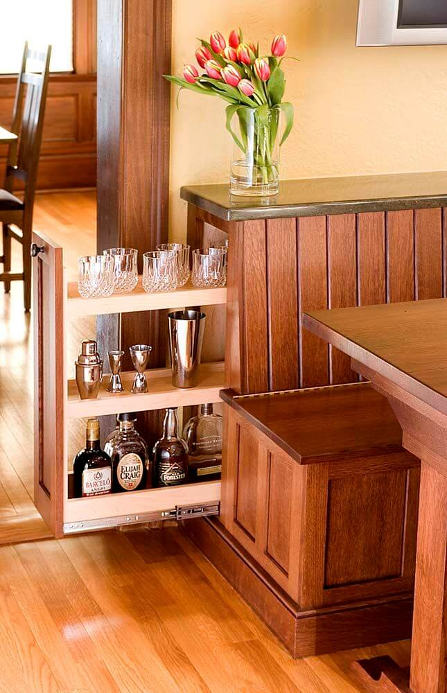 Tirez l'armoire à alcool dans une dînette