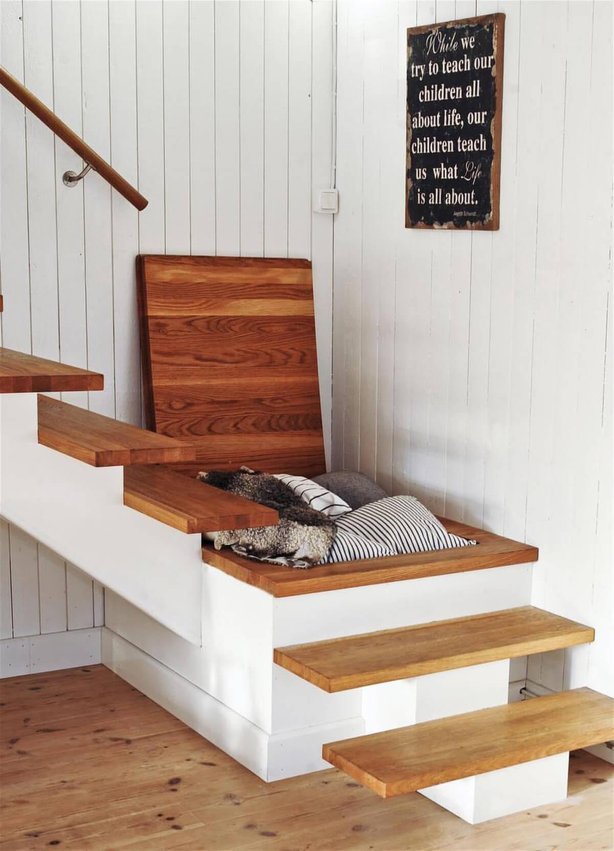 Rangement de linge caché dans le palier d'escalier