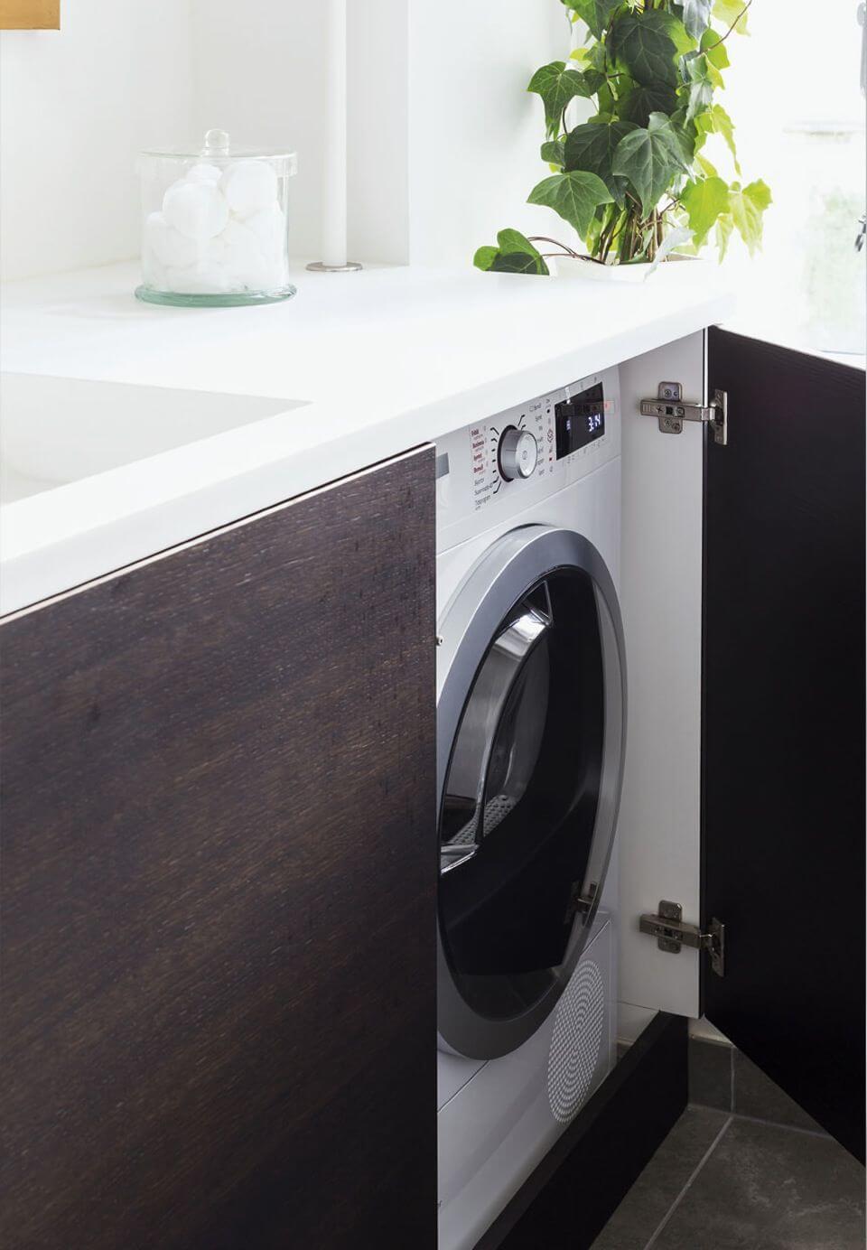 Buanderie moderne avec machine à laver cachée